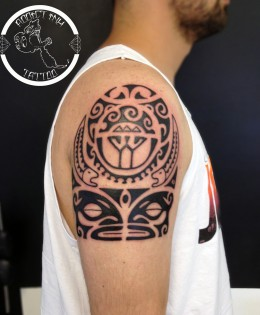 Tatouage style polynesien maori avec tiki