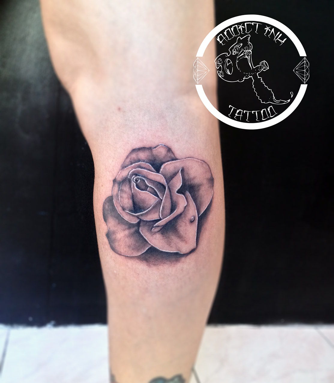 tatouage rose fleur realiste noir et gris addict ink tattoo nice. Black Bedroom Furniture Sets. Home Design Ideas