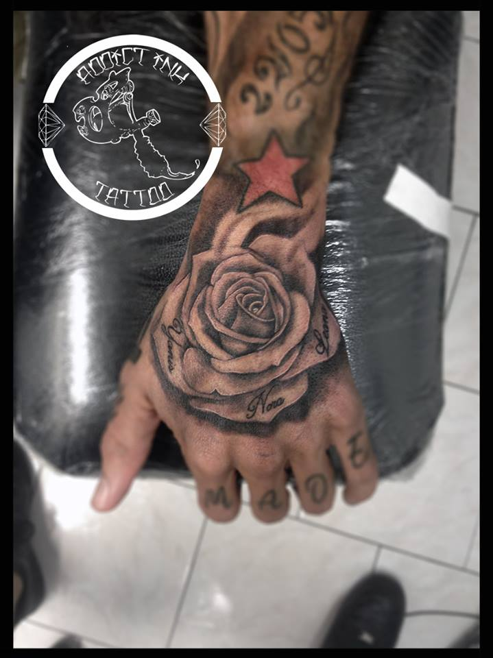 Tatouage rose realiste main avec prenom dans petale Zoom in Read more