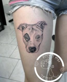 Tatouage portrait chien pitbull staff realiste femme