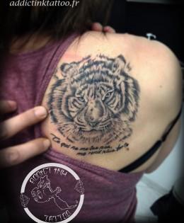 tatouage tigre realiste noir et gris femme