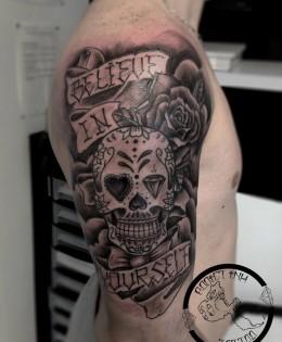 Tatouage sugar skull crane mexicain bras homme