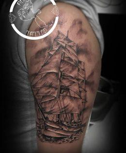 Tatouage bateau voile realiste noir et gris bras