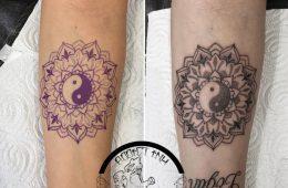 Tatouage mandala lignes et dotwork avant bras femme