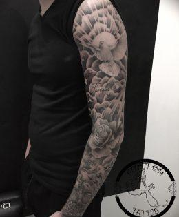 Tatouage bras homme nuages et colombe realiste rose rayon lumiere