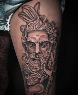 Tatouage realiste Poseidon et sa fourche