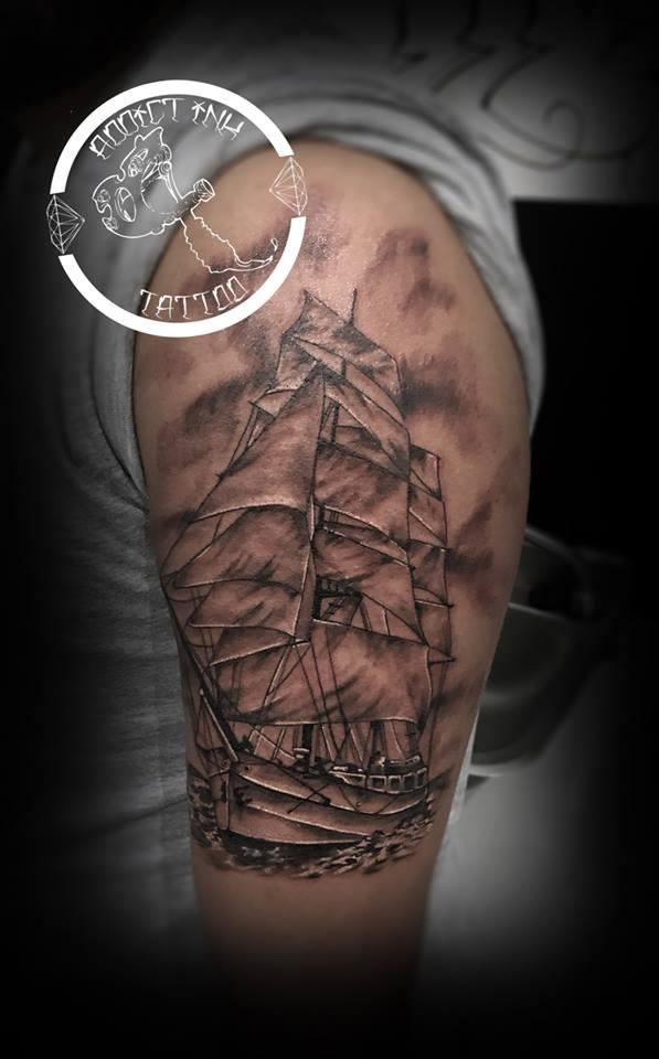 Tatouage Bateau Voile Realiste Noir Et Gris Bras Addict Ink Tattoo A Nice