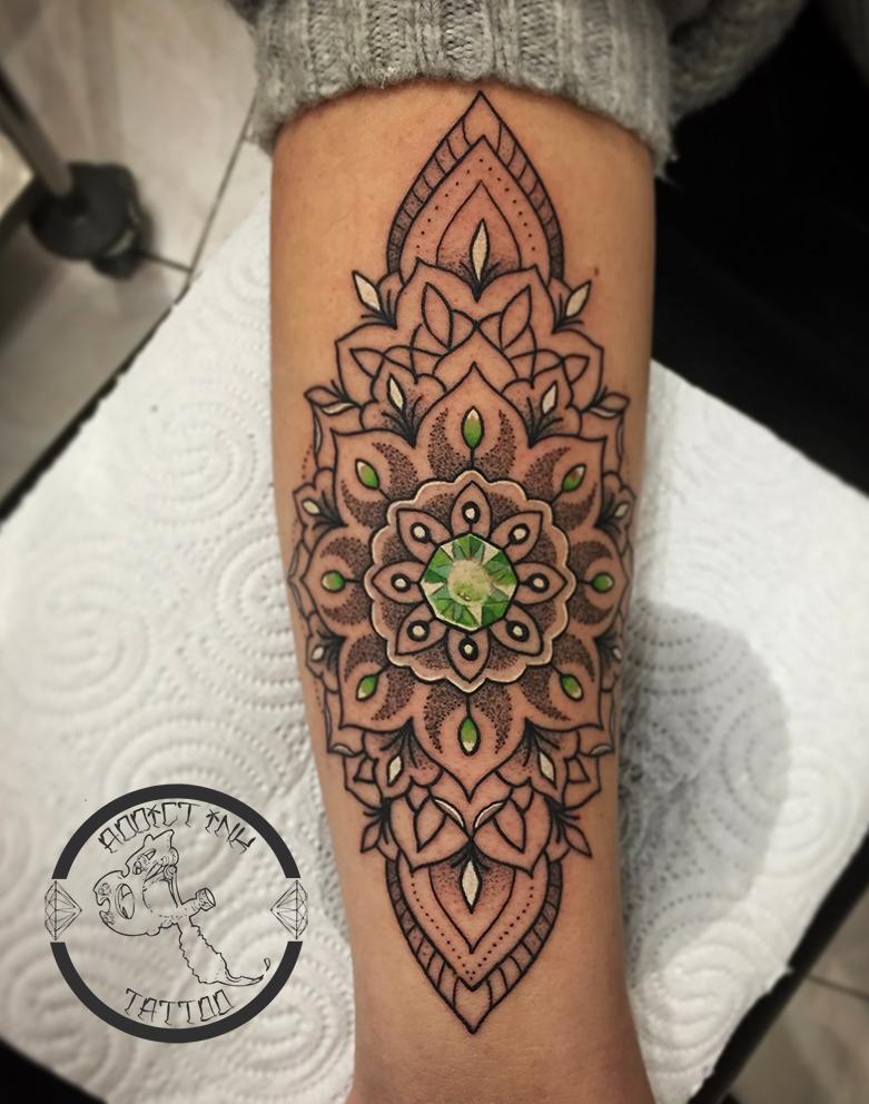 Tatouage Femme Bijoux Ornemental Dotwork Mandala Addict Ink Tattoo
