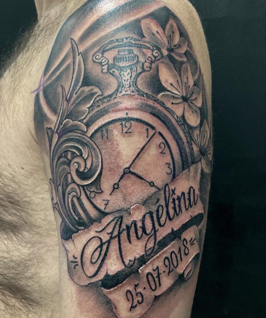 magnifique tatouage classic montre et prenoms par NIK2